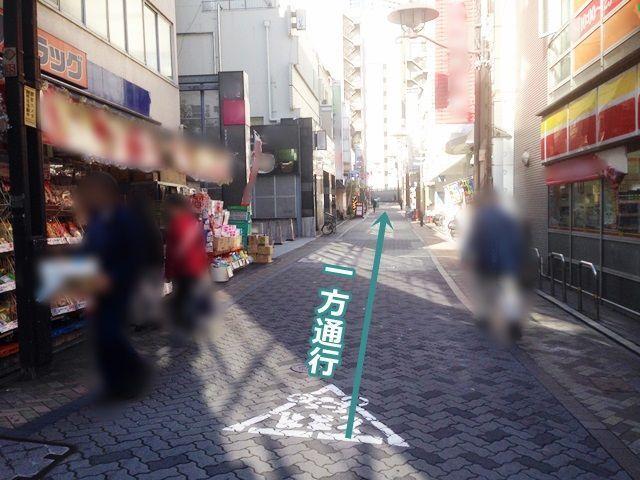 【道順2】右折後直進すると右側に駐車場があります。