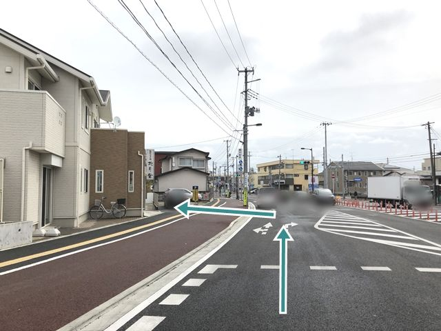 【周辺写真1】「和洋菓子司花月堂」の角を左折し、直進してください。左側に駐車場がみえてきます。