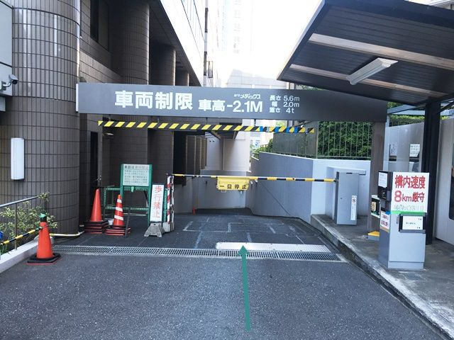 【道順2】駐車場入口の写真です。ゲート前で一時停車してください。