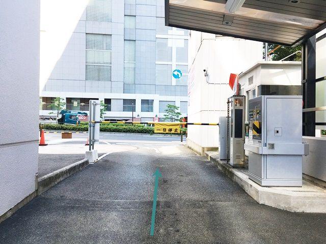 【道順7】駐車場出口の写真です。ゲート前で一時停車してください。
