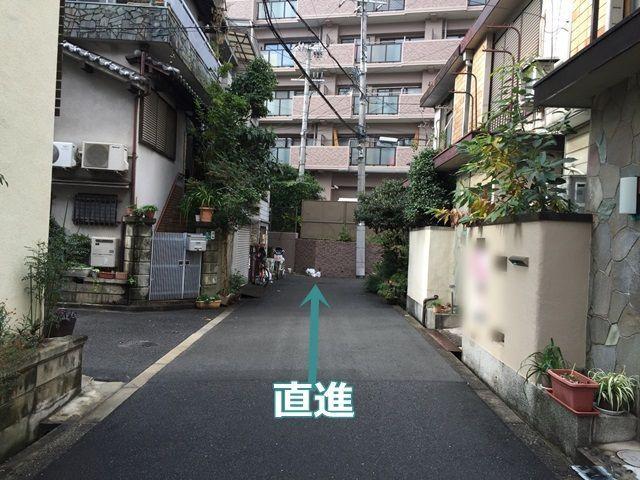 1.お写真を参考に、矢印方向に直進してください。