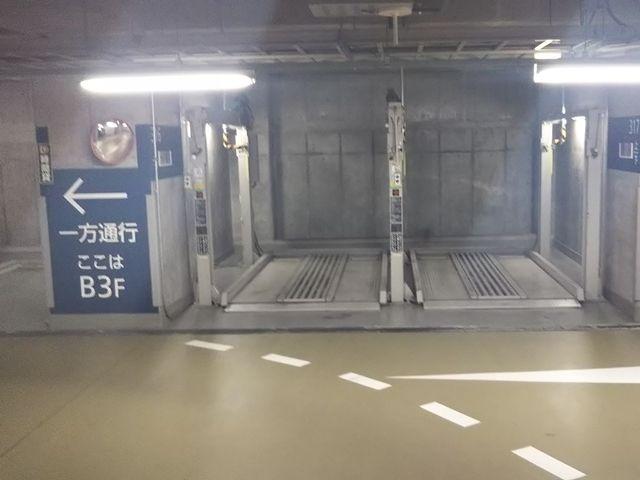 駐車場内は一方通行です