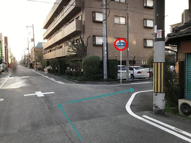 【順路1】一方通行の道にある「帝塚山万代パークハウス」というマンションの手前を右折するとコインパーキングが見えてきます。