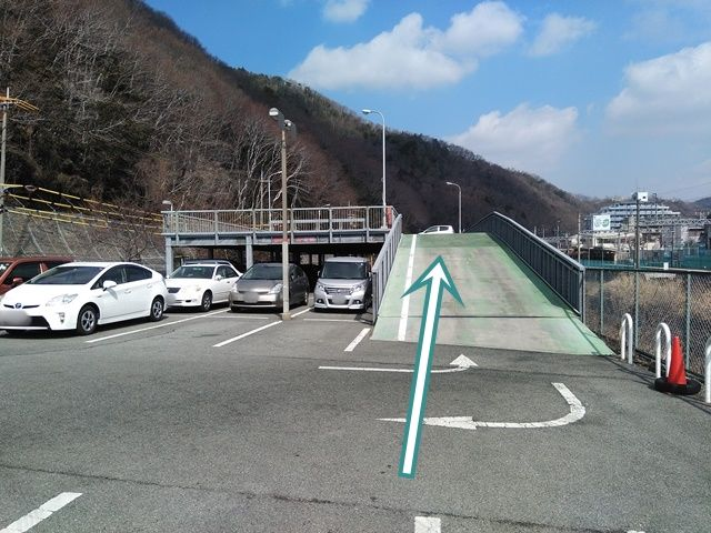 店舗の2階建て駐車場ですので、他の車に注意し、ゆっくり入出庫お願いします。