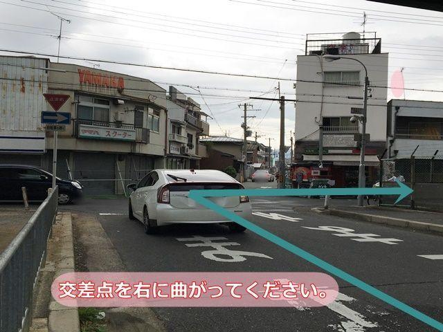 【道順3】左折後、次の十字路を「右折」してください。