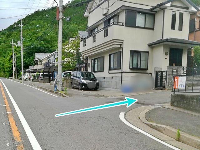 100m程直進し、老人ホーム市原寮の看板が目印の角を右折します