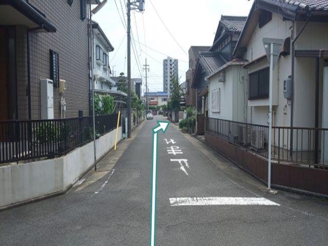 公園側からの道順2.  この道を直進し、突き当たりT字路の手前、右肩に駐車場があります。