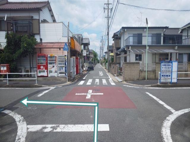 東海通からの道順1. 東海通から北へ入り、左角に自販機が何台か設置してある個人商店を左折(西へ)