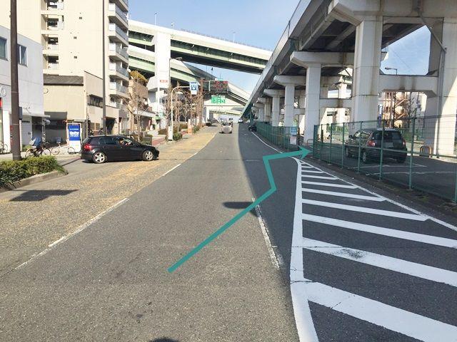 【道順2】交差点を過ぎてすぐ「1番右側」へ車線変更してください。右側に「駐車場入口」が見えてきます。