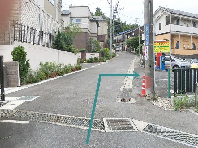 【道順4】砂利の駐車場の隣にあるアスファルトの駐車場がご利用駐車場になります。「右折」してください。