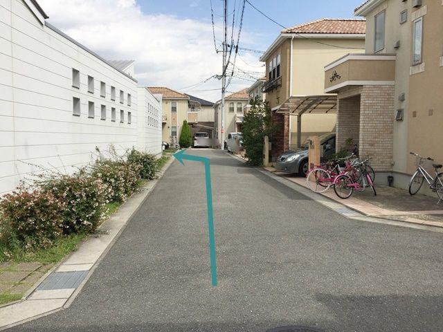 突き当り左が駐車場です。
