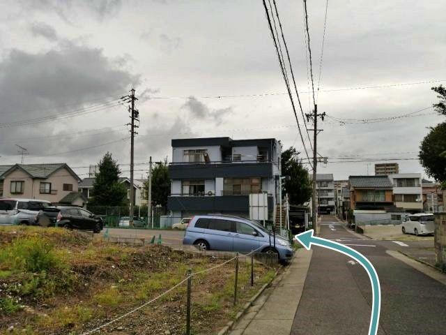 愛知県道215号線(出来町通)東進、【萱場】(かやば)交差点一本手前(信号ナシ)を左折、一つ目の交差点を左折