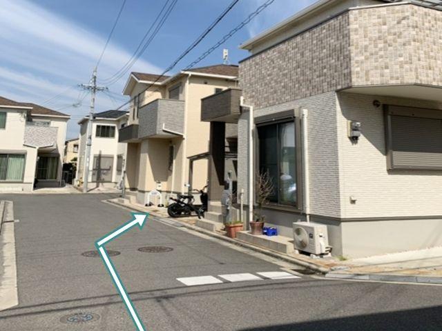 交差点を左に曲がった奥の家が駐車場です