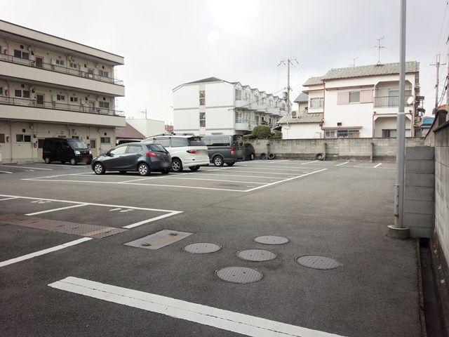 【道順2】通路を奥へと進むと、突き当りにご利用駐車場がございます。北側からは駐車場内へ進入できませんのでご注意ください。