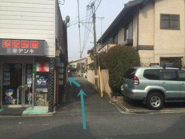 【道順2】直進していただくとすぐ、左手に駐車場がございます。