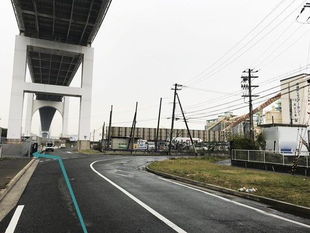 【道順1】阪神高速「魚崎浜」出口を「左折」していただき、1つ目の信号を「右折」して直進していただくと、「左側」に駐車場出入口があります。