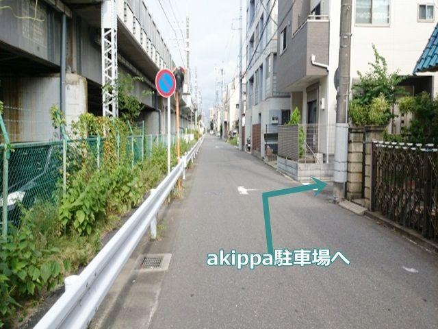 駐車場近辺の風景です。矢印方向に曲がってください。