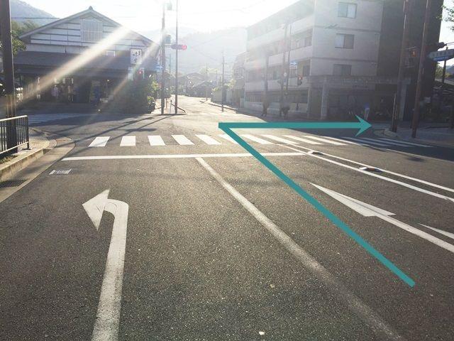 1.府道29号線との交差点を直進し、次の信号を「右折」してください。