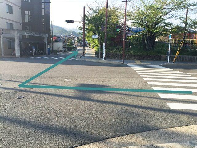 2.こちらの道へと「右折」し、直進してください。