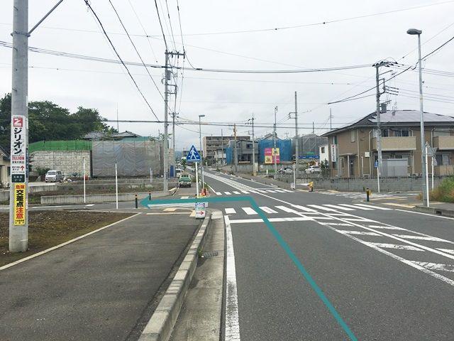 【道順2】みずほ小学校前の道を直進し、3つ目の交差点を「左折」してください。