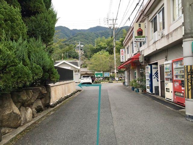 【道順2】正面に「信貴山口駅」が見えてまいりますので、突き当りのT字路を「左折」してください。