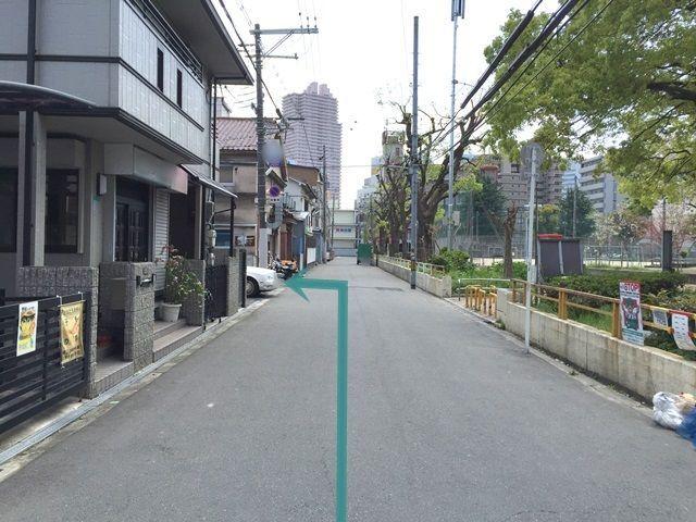 【道順3】直進していただくと「左手」にご利用駐車場があります。