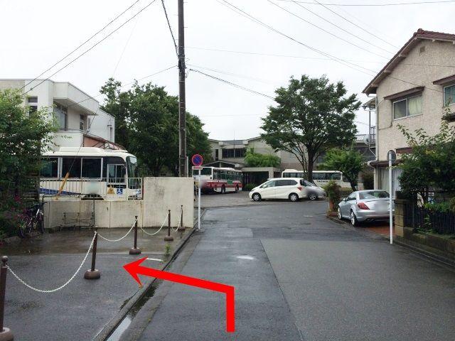 【道順2】そのまま奥まで直進していただくと、左手側に当駐車場がございます。