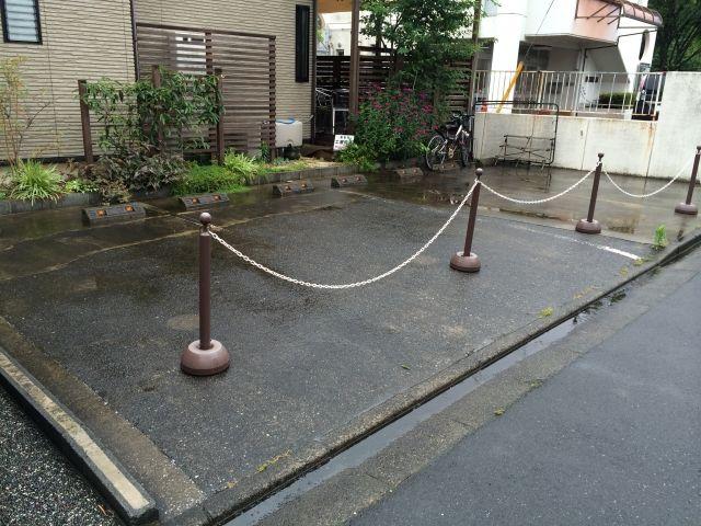 【道順3】駐車場全体の写真です。予約後に通知された区画番号をご確認のうえ、駐車してください。