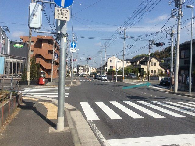 【道順1】環状4号線を金沢八景方面から大船方面へ向かい山手学院入口の交差点を右折します。
