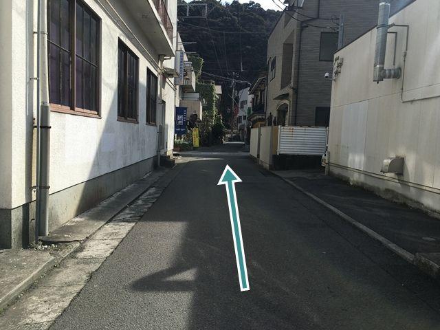 【順路2】左折後、直進しますと駐車場のある「季節の雑貨折々」の青い看板が見えてきます。