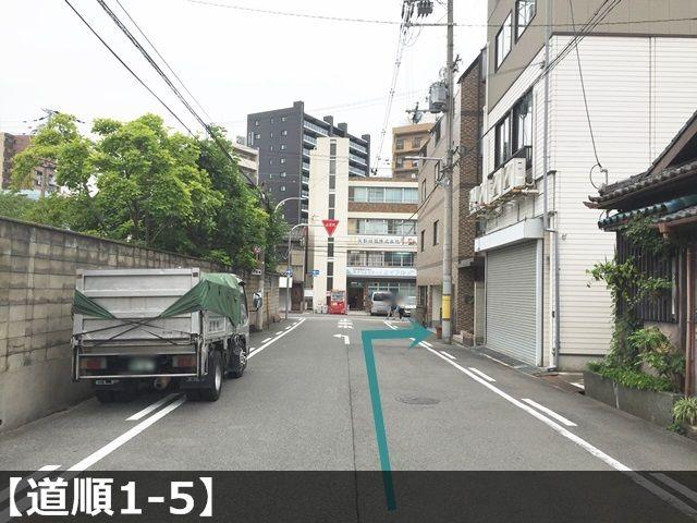【道順1-5】しばらく進むとT字路になりますので、その手前で右側にある建物がご利用駐車場になります。