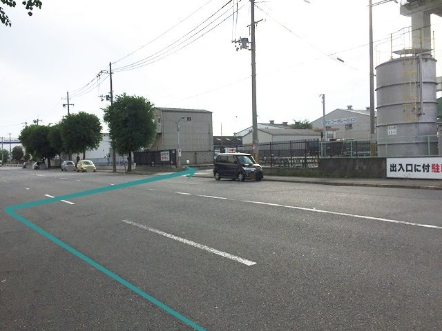 【道順8】駐車場出入口の写真です。歩行者等に気をつけて進入、ご予約時のスペースに駐車してください。