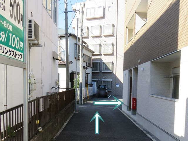 【順路2】直進し、建物の角で右折します