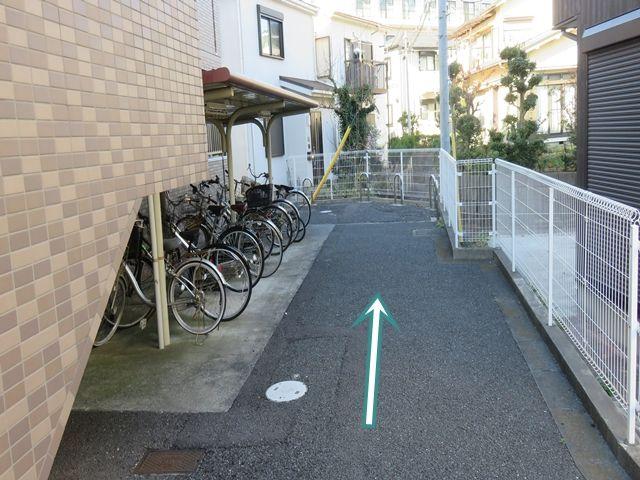【順路4】直進し、突き当りに駐車場がございます