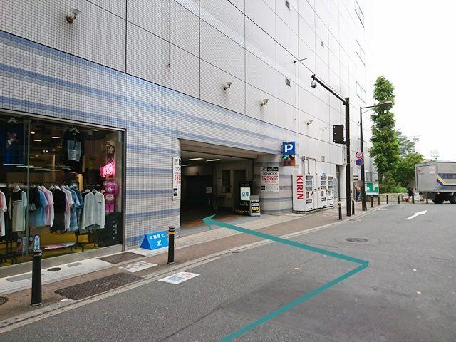 【道順5】直進していただくと「左側」に駐車場入口があります。