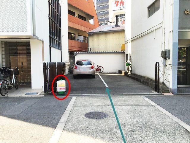 【道順10】駐車場出入口に「akippaの看板」を設置しておりますので、ご確認の上、予約時のスペースに駐車してください。