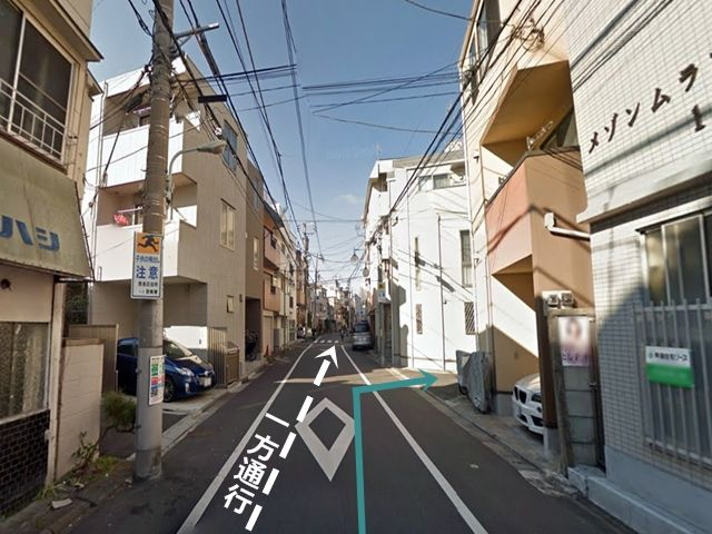 一方通行の道路を進んでいくと「右手」に住宅街の入口がありますので、そこを「右折」してください。