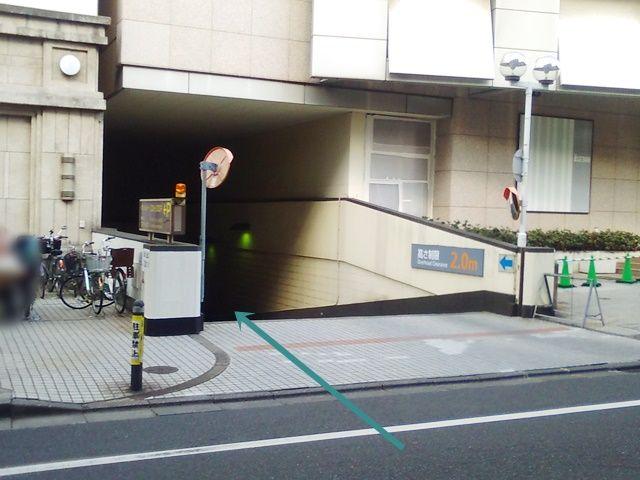 【入庫前道順1】駐車場出入口の写真です。歩行者等に気をつけて進入してください。