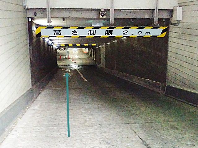【入庫前道順2】傾斜になっておりますので、ゆっくりお進みください。