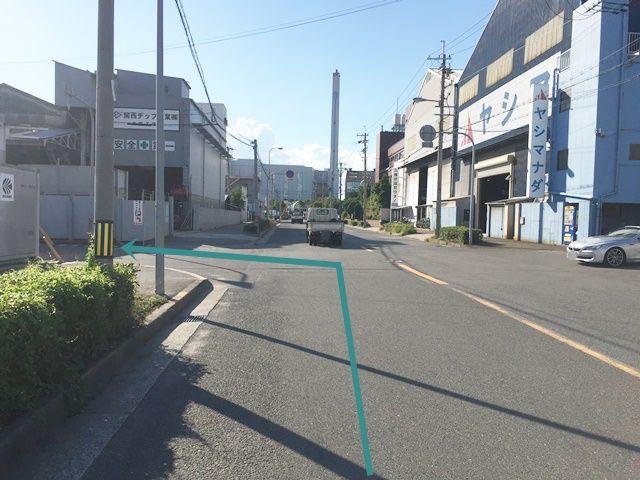 【道順2】1つ目の交差点を「左折」してください。