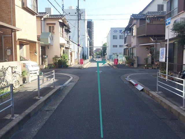 【道順7】左折後、2つ目の交差点を過ぎると、「右側」に駐車場出入口があります。