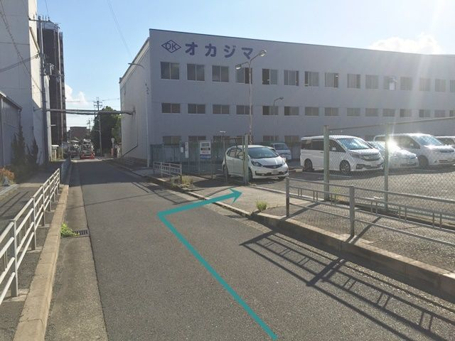 【道順8】駐車場出入口の写真です。ご予約時のスペースに駐車してください。