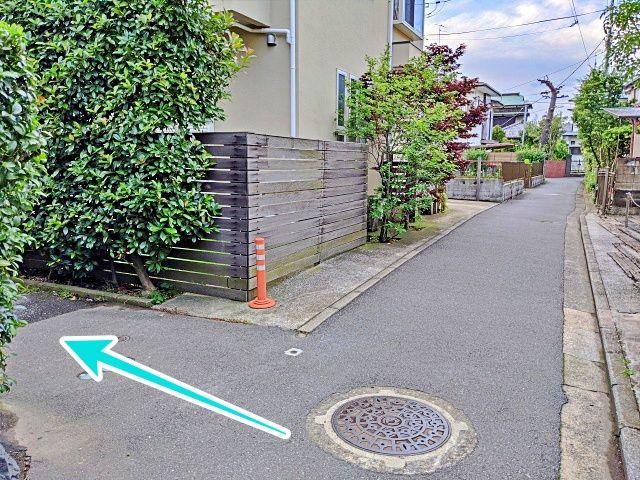 住宅の横道を直進します