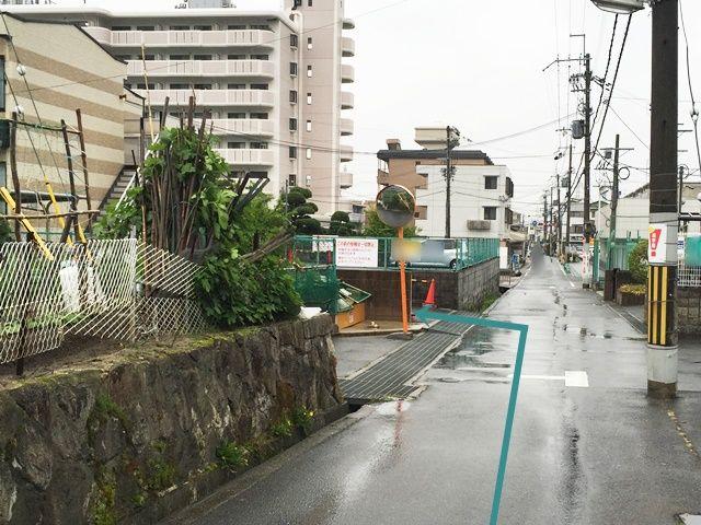 【道順7】しばらく道なりにお進みいただくと「左側」に駐車場入口があります。