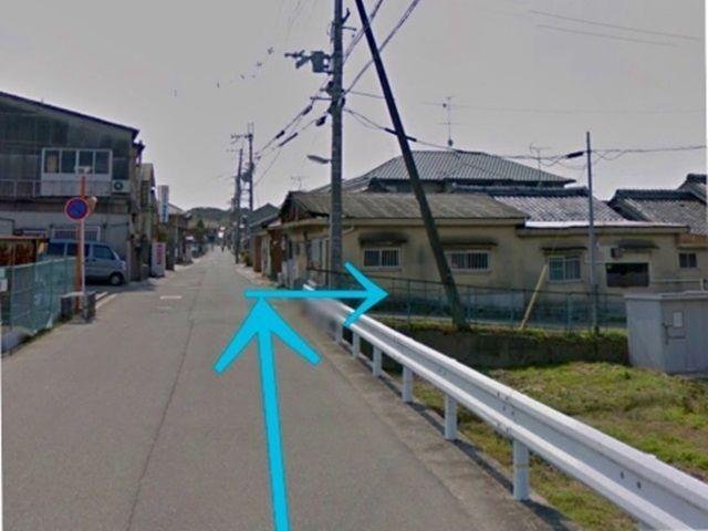 【道順3】1つ目の道を右折。左側に駐車場、右側に畑の所です。右折して5メートルほどで着きます。