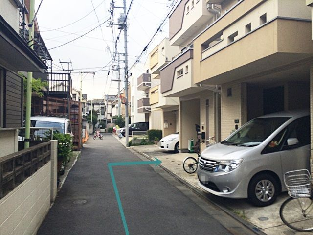 【道順7】右折後少しお進みいただくと、「右側」にご利用駐車場があります