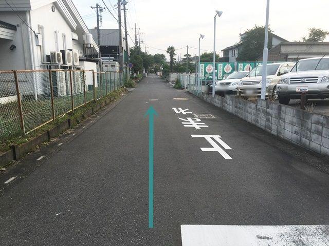 【道順3】左折後、直進してください。