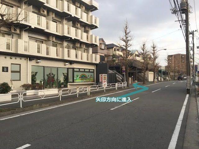 【道順1】左手に見えるマンションの裏側が駐車場で、マンションの右側に入り口があります。