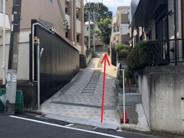 【順路2】上り坂を登ります。