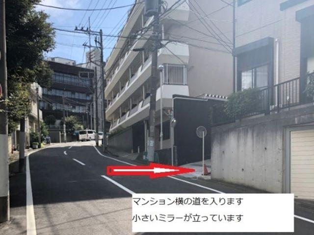 【順路1】マンション横の道を入ります。小さいミラーが立っています。